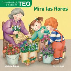 Teo Mira las flores